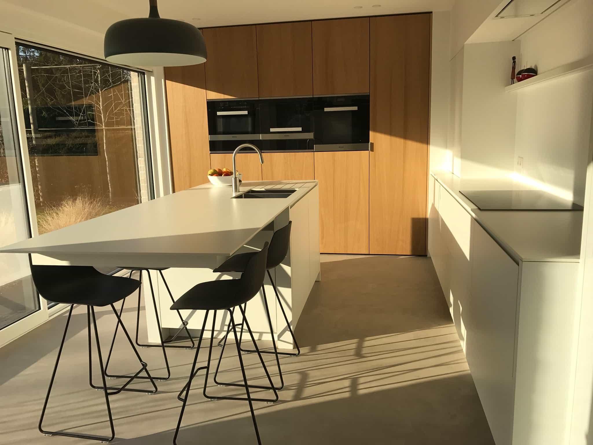 Strakke keuken eik fineer wit laminaat destelbergen for Interieur keuken